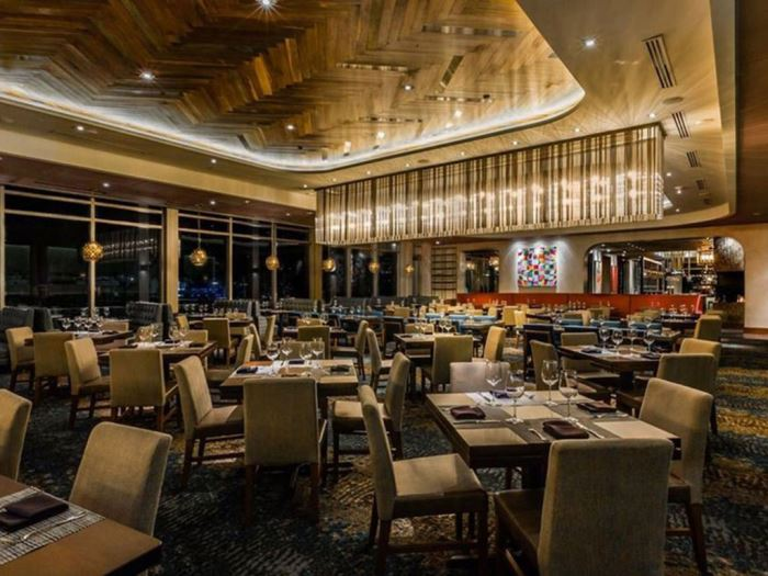 Wide Shot of the Del Frisco's Double Eagle Steakhouse dinning floor and bar